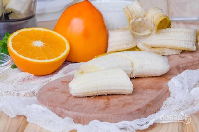 1.Бананы у меня небольшие, а если большие, то нужен всего 1. Очищаю их от кожуры и нарезаю большими кусками.