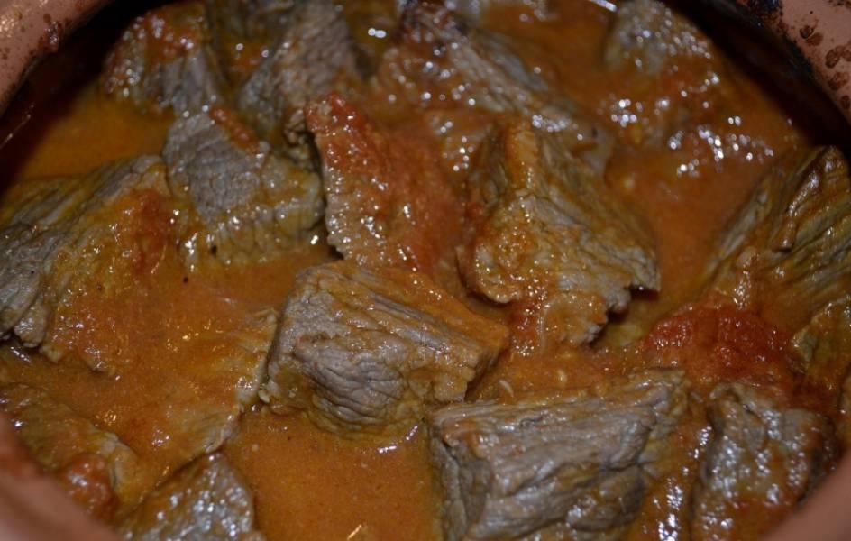 Готовую говядина с помидорами подаем, украсив зеленью, можете еще картофельное пюре сделать. Приятного аппетита!