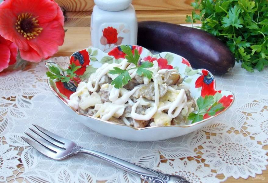 Замечательный летний салат с баклажанами и яйцами готов.