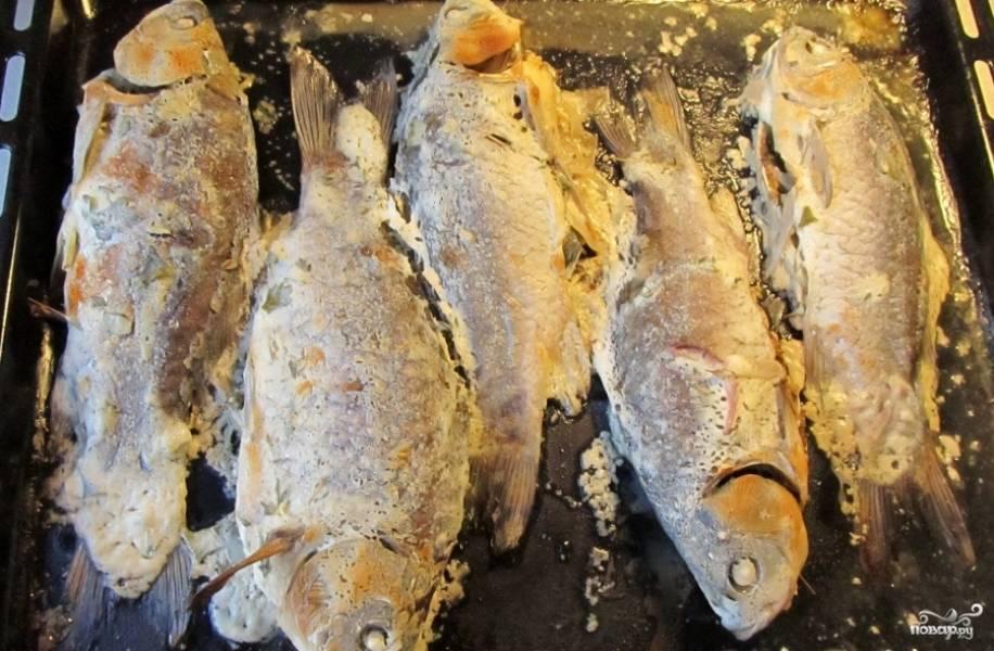 Выпекайте рыбу в нагретой на 160 градусов духовке 45 минут, пока она не станет золотистой.