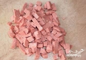 Колбасу порезать кубиками.
