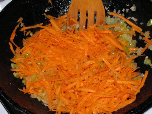 Затем добавляем к овощам тертую на крупной терке морковь и жарим все еще пару минут.