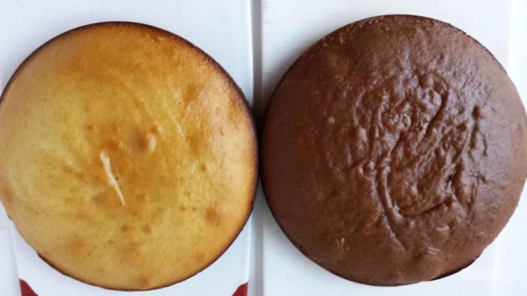 9.Выпекаю бисквит в разогретом до 175 градусов духовом шкафу 30 минут, затем достаю из форм и остужаю.