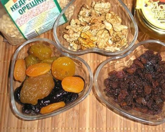 1. Подготовим ингредиенты. Орехи перемалываем при помощи блендера или мясорубки. Сухофрукты замачиваем, чуть отжимаем от лишней влаги, - и тоже измельчаем.