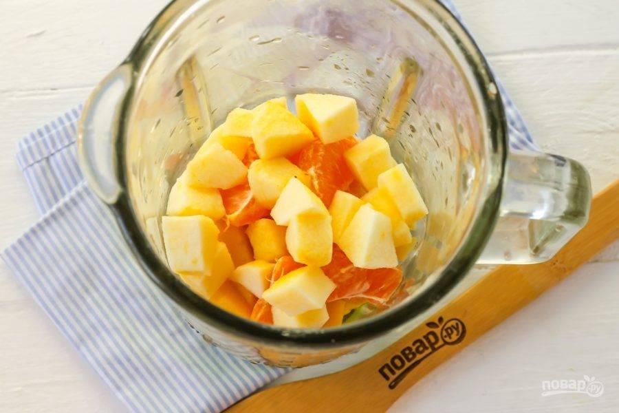 Яблоко любого сорта очистите от кожуры и семенных блоков, промойте и нарежьте мякоть кубиками прямо в чашу. На этом этапе вы можете добавить сахар или мед, если любите коктейли со сладким вкусом.