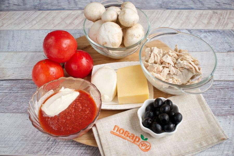 Теперь подготовьте продукты для начинки. Помидоры и грибы вымойте, обсушите. Твердый сыр натрите на мелкой терке. Моцареллу - тонкими ломтиками. Сметану и томатный соус перемешайте.