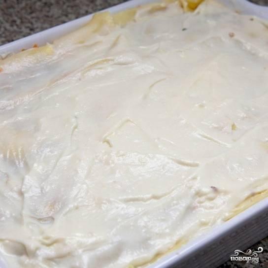 Повторяем ту же процедуру: слой лапши - слой начинки - соус - сыр. До тех пор, пока не кончатся ингредиенты (у меня - 4  слоя листов лазаньи, следовательно 3 слоя начинки). Верхним должен быть слой листов лазаньи, смазанный соусом бешамель. Форму для запекания ставим в духовку, разогретую до 180 градусов, и запекаем 40 минут.