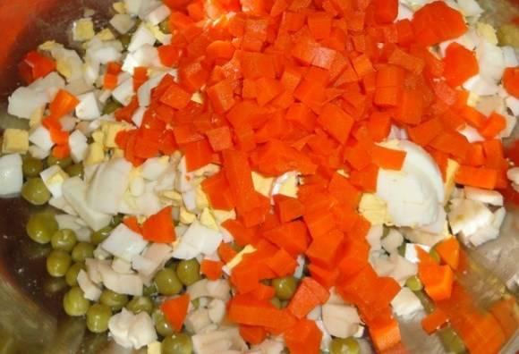 Добавляем морковь, сваренную и порезанную мелкими кубиками.