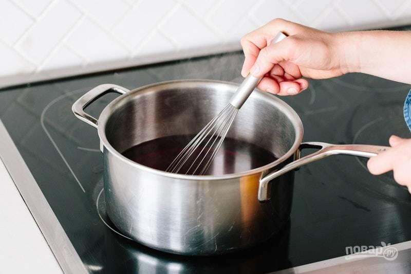 3.В кастрюлю налейте оставшийся сок, добавьте к нему сахар и отправьте на огонь, нагрейте и размешайте до растворения крупинок.