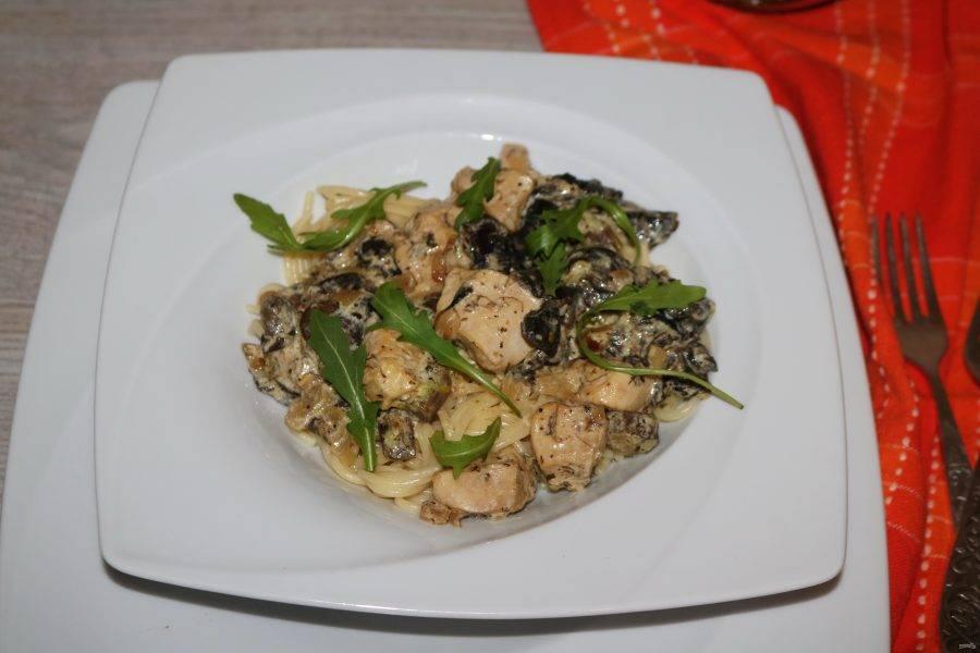 Сверху выложите курицу с грибами в сметанном соусе.