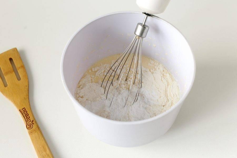Добавьте муку, разрыхлитель и соль по вкусу.
