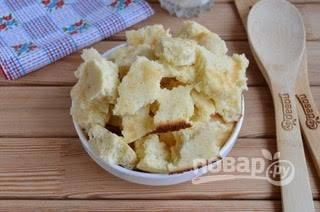 11. Белый бисквит поломайте руками на не большие кусочки.