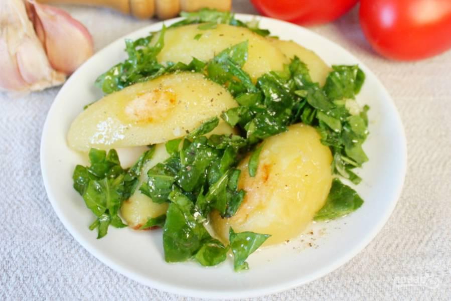 Картофель в рукаве с заправкой из чеснока и шпината