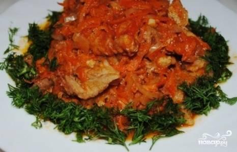 В миске разведите крахмал и бульонный кубик в полу литре теплой воды. Добавьте смесь в сковороду за 10 минут до готовности. Подавайте мясо со свежей зеленью. Приятного аппетита!