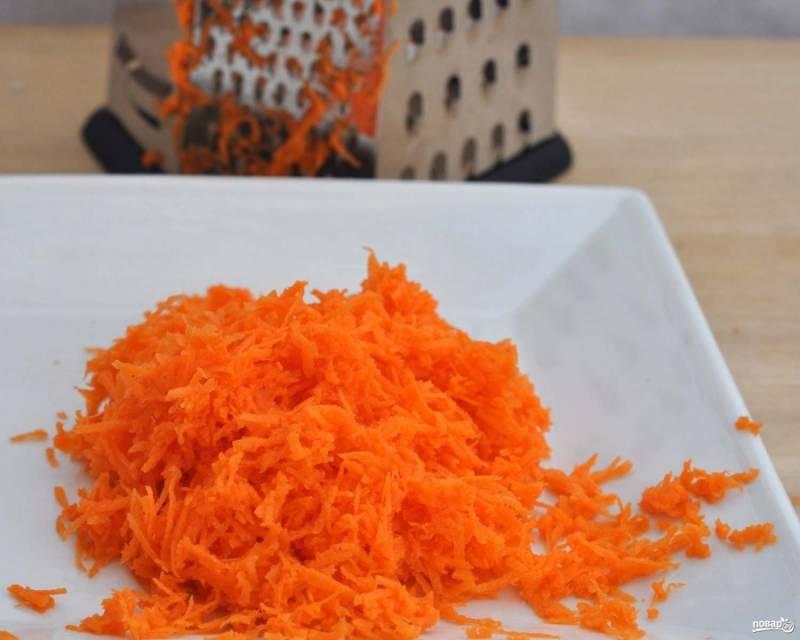 2. Морковь очистите, вымойте и натрите на мелкой терке.