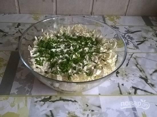 Смазываем верх салата заправкой и посыпаем мелко нарезанной зеленью.