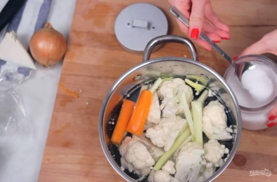 1. Приготовьте соус. Для этого отварите нарезанную на соцветия цветную капусту, по желанию добавив немного сельдерея и немного моркови для аромата и вкуса.