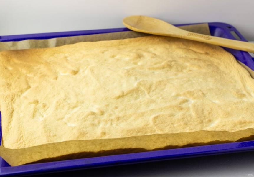В духовке тесто поднимется в 2-3 раза, но как только вы его достанете, опустится и будет очень удобным для скручивания рулета.