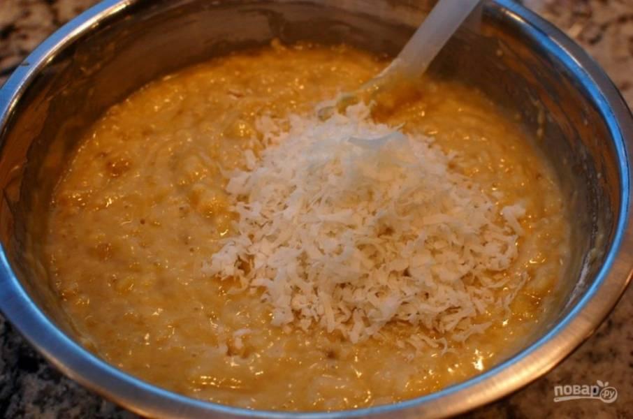 8.Добавьте в тесто кокосовую стружку и перемешайте.