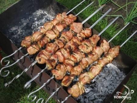 Нанизываем кусочки мяса на шампура довольно близко друг к другу (особенно это касается шашлыков, которые из постного мяса) и жарим как обычно, традиционным способом.