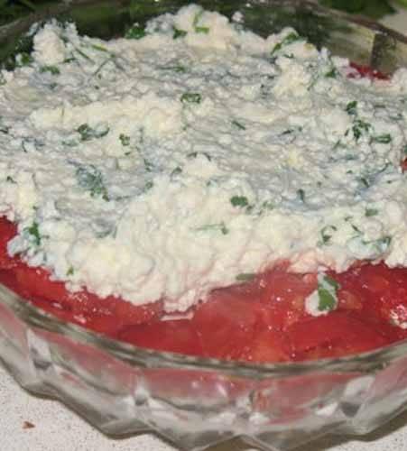 Следующий слой - помидоры, потом творожная масса и последний слой - кабачки. Если остались, можно добавить сверху помидоров и смазать поверхность майонезом, покрошив сверху зеленью.