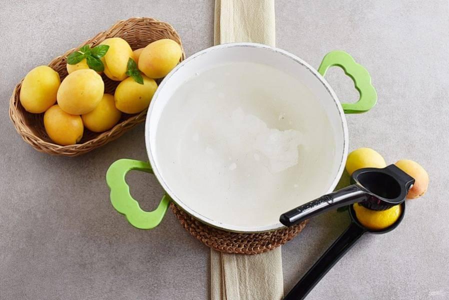 Снимите сироп с огня и выдавите немного лимонного сока.