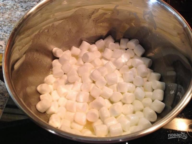 Соедините ананасовый сироп, маршмеллоу и кукурузный крахмал в  кастрюле.