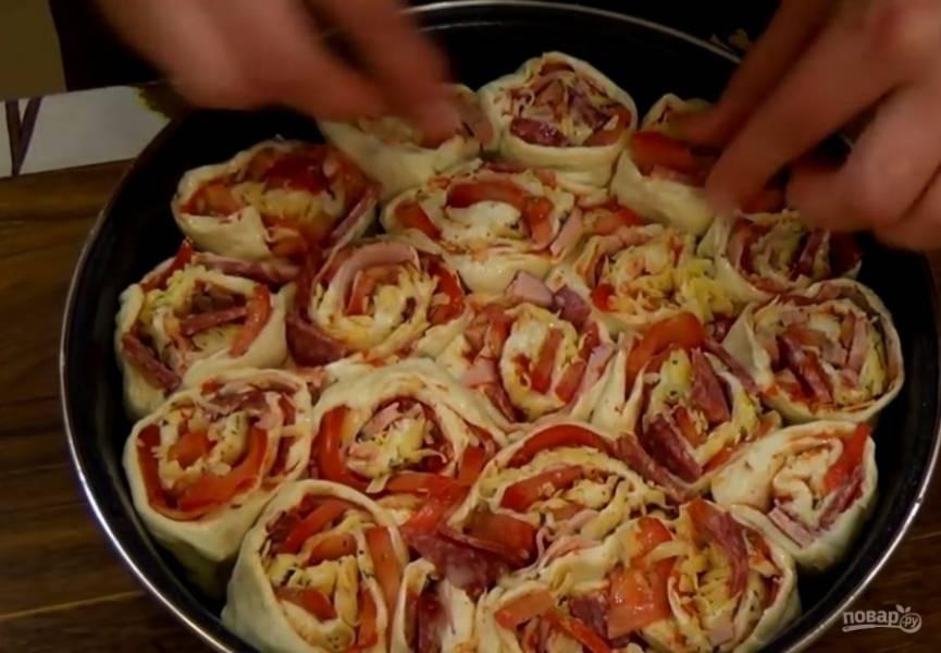 5. Сформируйте рулет и разрежьте его на 10 частей. Выложите роллы в смазанную растительным маслом форму и выпекайте в разогретой до 200 градусов духовке 25-30 минут. Приятного аппетита!