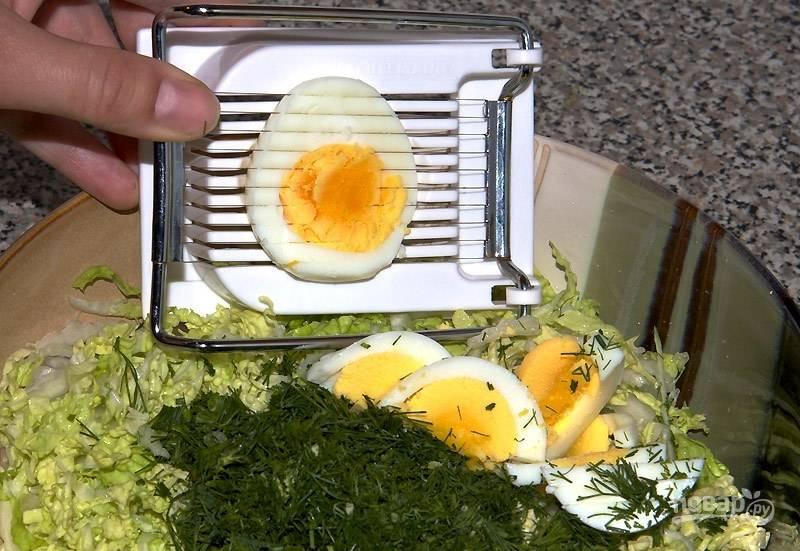 3. Потрите яйца на терке. Добавьте майонез и перемешайте салат. Соль и перец можете добавить по вкусу.