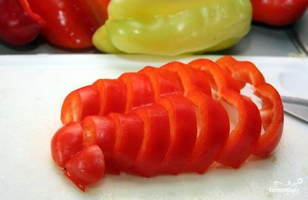 По сути, нарезать перец для лечо можно как угодно, однако в Венгрии его обычно нарезают так, как на фото - тонкими и продолговатыми брусочками.