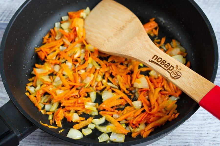 Лук измельчите, морковь натрите на крупной терке. На сковороде разогрейте растительное масло, пассеруйте овощи до мягкости.