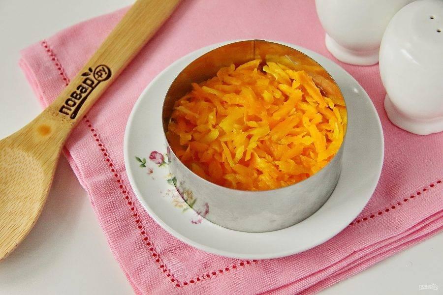 Следующий слой - натертая на крупной терке вареная морковь.