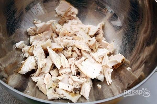 Курицу нужно отварить в подсоленной воде до готовности. Затем филе остудите и нарежьте.