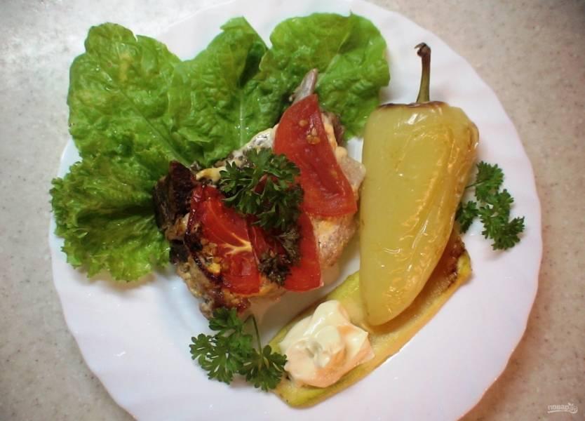 5.Готовые свиные стейки подаю с печеными овощами (у меня салатный перец) и зеленью.