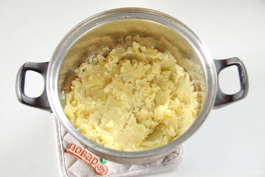 6. Готовый картофель превратите в пюре. Несколько целых штучек оставьте для подачи.