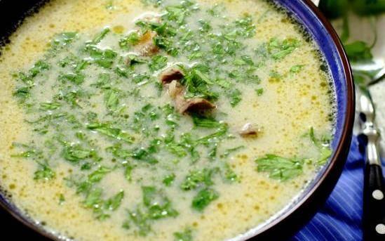 В самом конце добавляем печень, сливки и горчицу, перемешиваем все, доводим суп до кипения, варим еще минуты 2, затем огонь выключаем и даем супу настояться, под крышкой 5 минут. Потом разливаем горячий ароматный суп по тарелкам, украшаем его свежей зеленью и подаем к столу. Приятного аппетита!