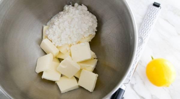 1. Размягченное сливочное масло соединить с творогом.