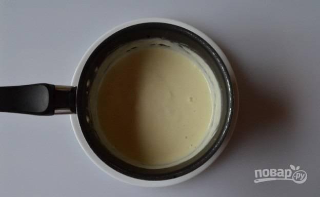 7. Выложите в небольшой сотейник и поставьте на огонь. Как только сыр полностью расплавится, переложите его в кастрюлю.