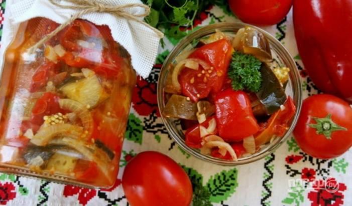 6. Готовый салат горячим разложите по банкам или остудите и подавайте его к столу.