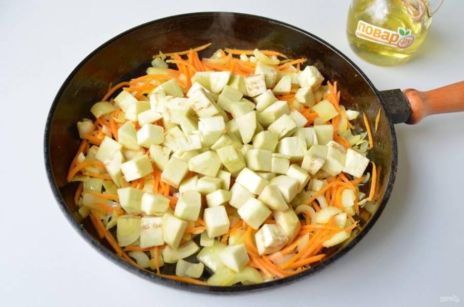 3. Баклажан очистите от кожуры, порежьте кубиками, положите к овощам и жарьте еще пару минут.