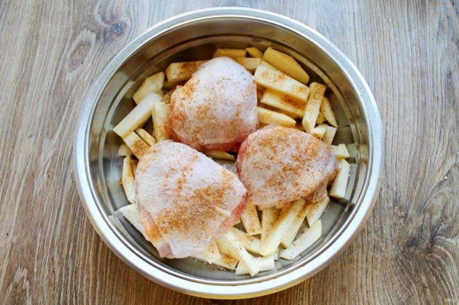 Добавьте куриные бедрышки и посыпьте все сухой аджикой.