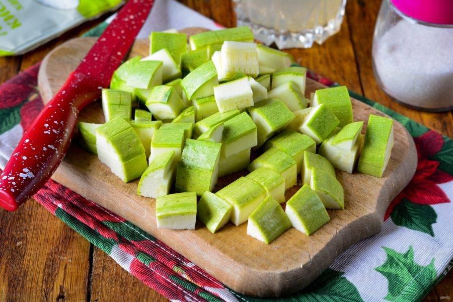 Кабачки вымойте и нарежьте небольшим кубиками, чтобы получились как ананасы.