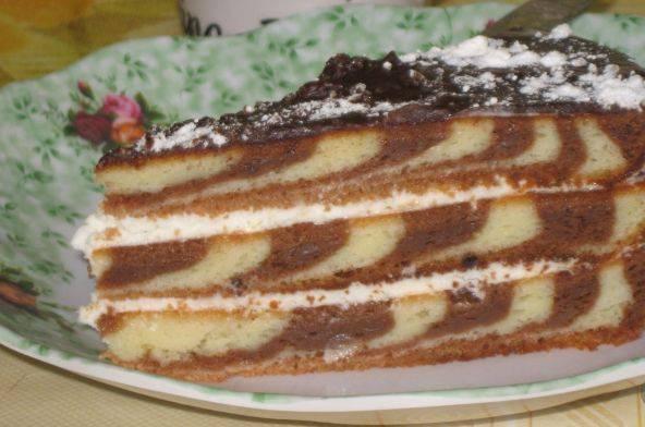 9. Теперь коржи можно промазать кремом, также предлагаю сделать глазурь. Для этого растопите шоколад и полейте им сверху тортик. Когда торт немного постоит, его можно убрать в холодильник на 4-5 часов для пропитки.