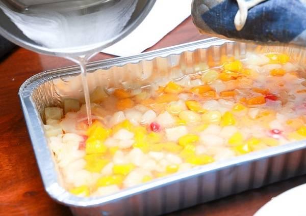 5. Вылейте сверху желатин так, чтобы он полностью покрыл фрукты.