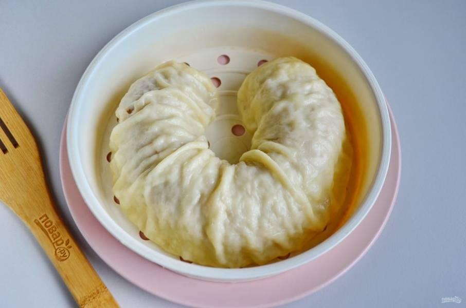 Ханум готов! Полейте его щедро сливочным маслом и порежьте на порционные кусочки. Подавайте горячим!