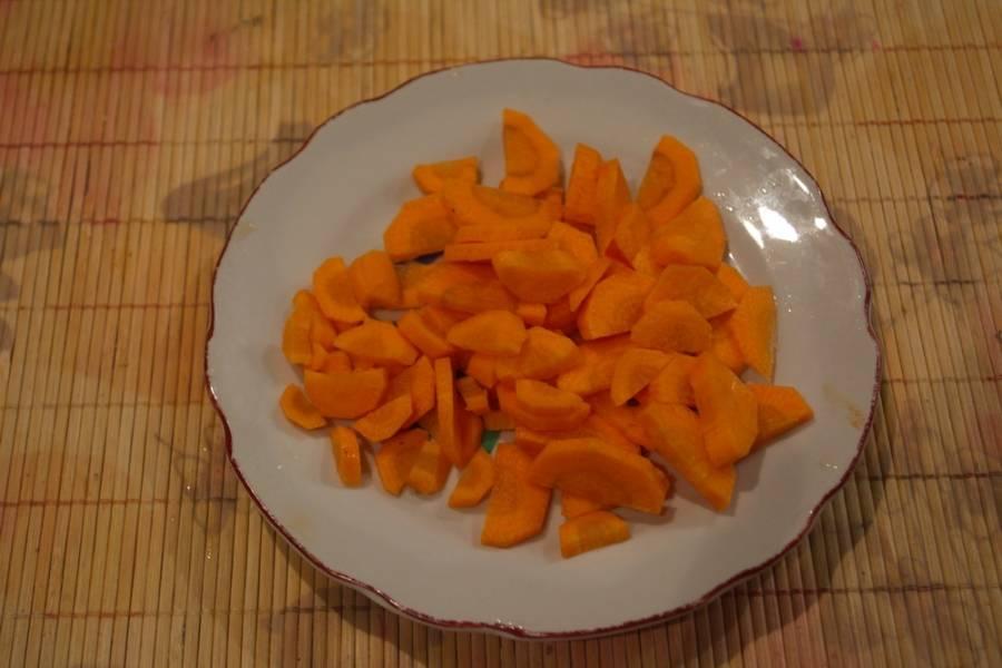Морковь нарезать тонкими полукольцами или колечками.