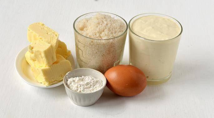 1. Это простой рецепт крема, в основе которого лежит сливочное масло, яйцо, сахар и сметана. Все ингредиенты доступные, а сам крем получается воздушным и в то же время плотным.