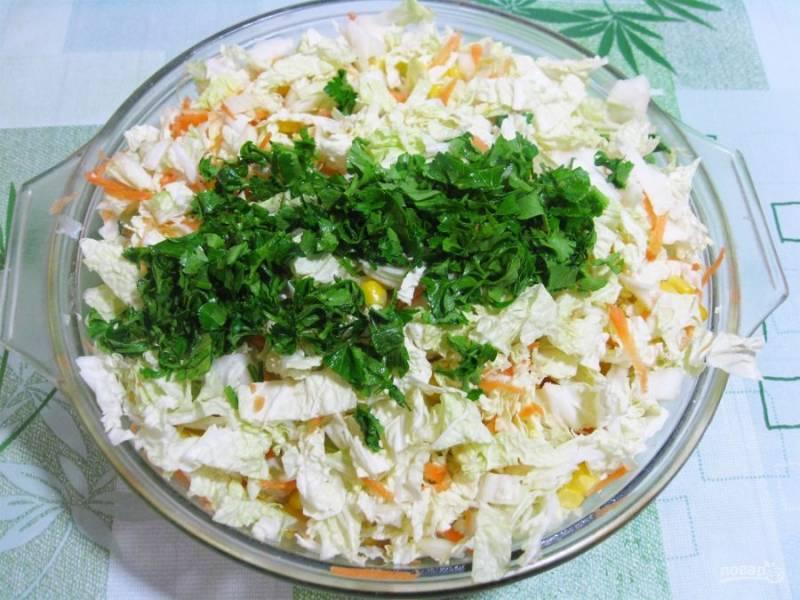 2. Репчатый лук нарезается очень мелко, а морковь натирается на средней терке. Из зелени хорошо подходит петрушка и укроп, выбирайте по вашему вкусу.