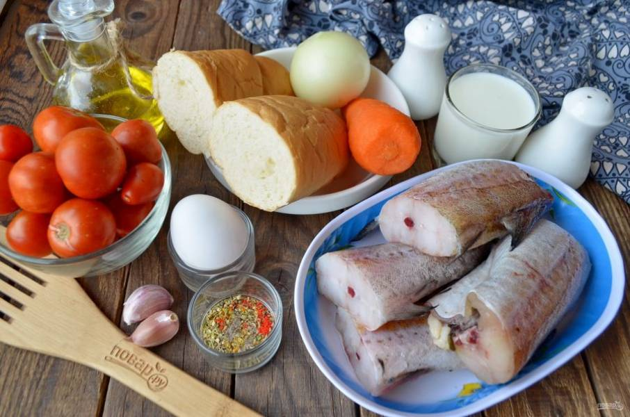 Подготовьте продукты для котлет и соуса. Разморозьте рыбу при комнатной температуре, очистите овощи.