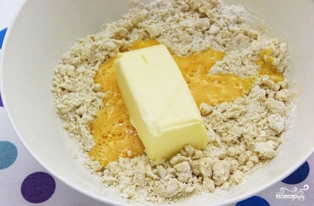 3. Вбейте в миску яйцо и добавьте маргарин.
